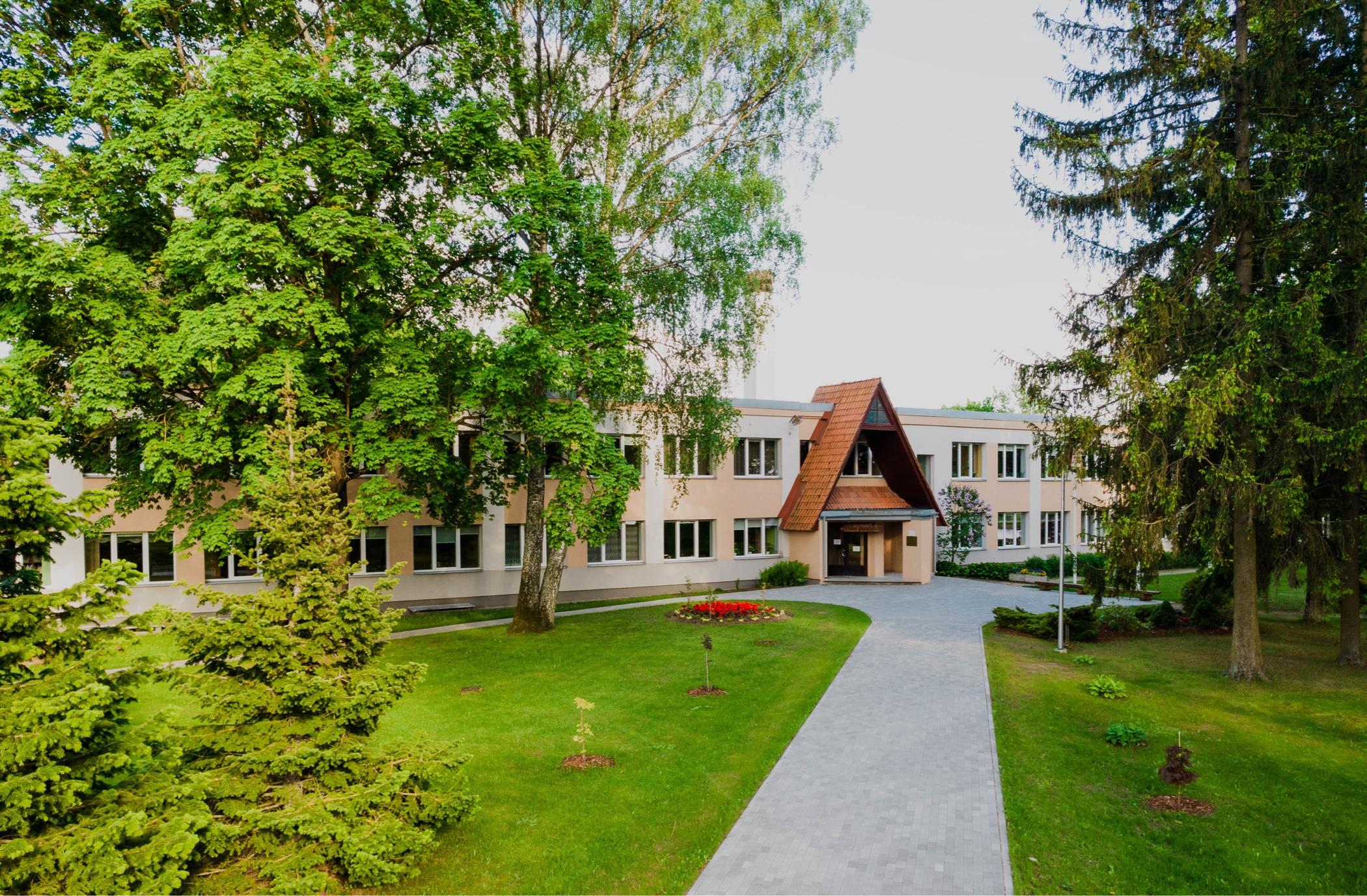 Teteles pamtskolas ēka no priekšpuses. Ēkai apkārt zaļi koki.